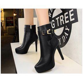 Hebilla de moda con cinturón impermeable y botines negros. 77d22f5b0274